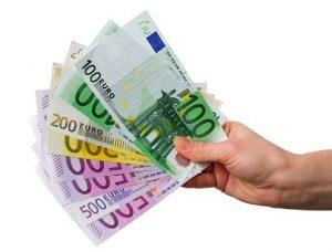 Pikavippejä voit saada nopeasti netistä jopa 2000 euroon asti.